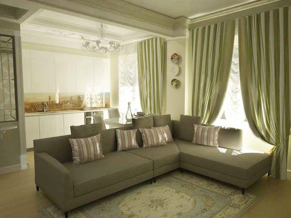 Зеленые льняные шторы в интерьере гостиной