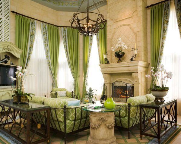 Зеленые шторы в классическом стиле интерьера гостиной