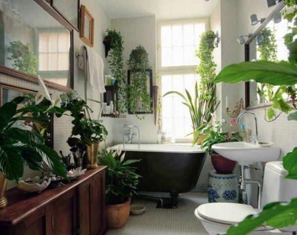 Интерьер ванной украшен искусственными декоративными цветами