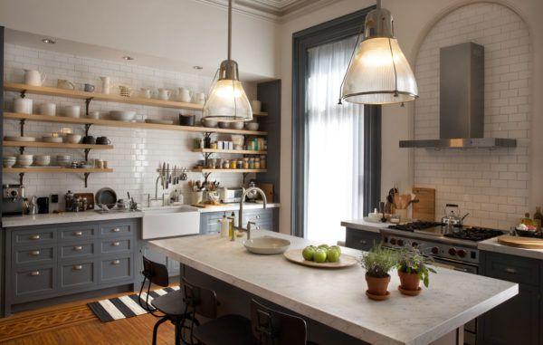 Интерьер кухни с рабочей зоной посередине