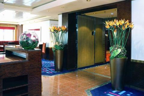 Искусственные цветы в высоких вазах отлично подходят для просторных комнат