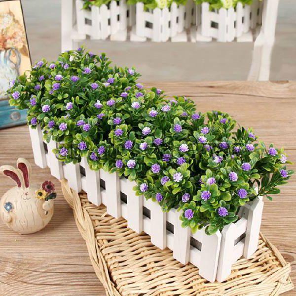 Искусственные цветы в оригинальной деревянной подставке