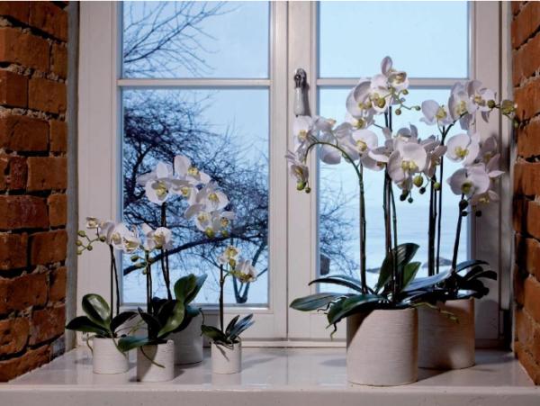 Искусственные цветы в цветочных горшках