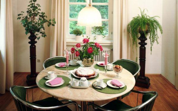 Искусственные цветы на высоких подставках отлично сочетаются с интерьером комнаты