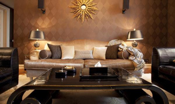 Классический прием стиля арт-деко – зеркало, обрамленное золотыми лучами