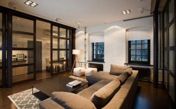 Комната в загородном доме в американском стиле с большой массивной мебелью