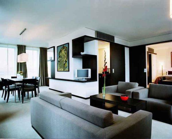 Комната в стиле хай-тек с минимальным количеством декора