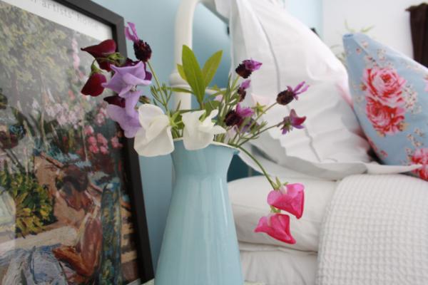 Композиция из искусственных полевых цветов и трав в спальне стиля прованс
