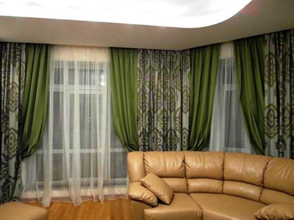 Коричневый диван и зеленые шторы