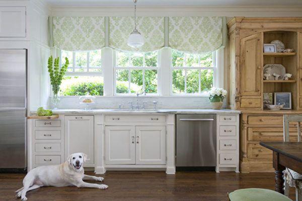 Короткие шторы в стиле прованс идеально сочетаются с интерьером кухни