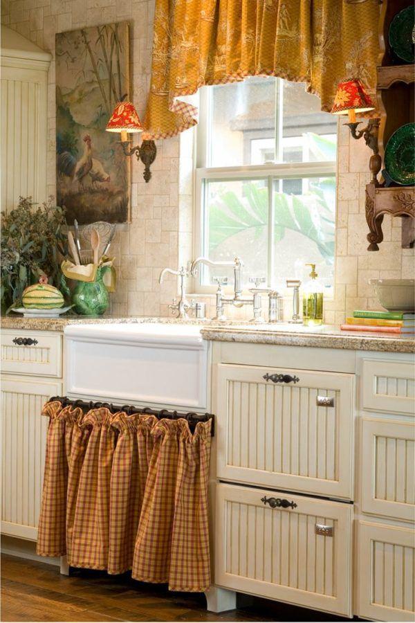 Короткие яркие занавески в кухне поднимут настроение и аппетит
