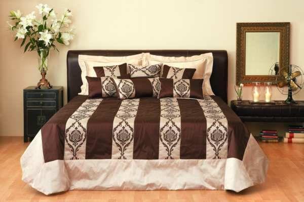 Красивая кровать в доме