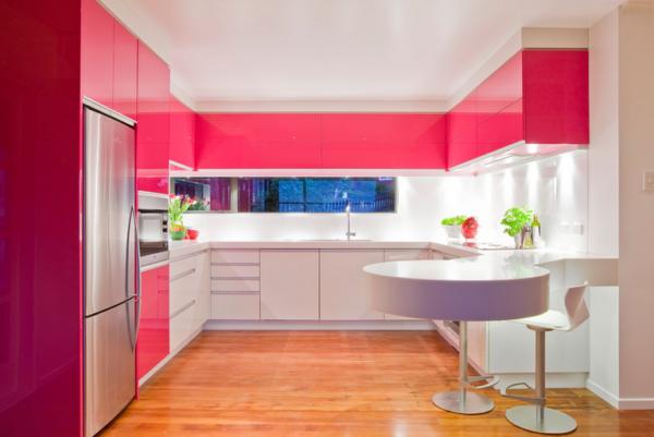 Красивое сочетание белого и яркого розового цвета в кухне