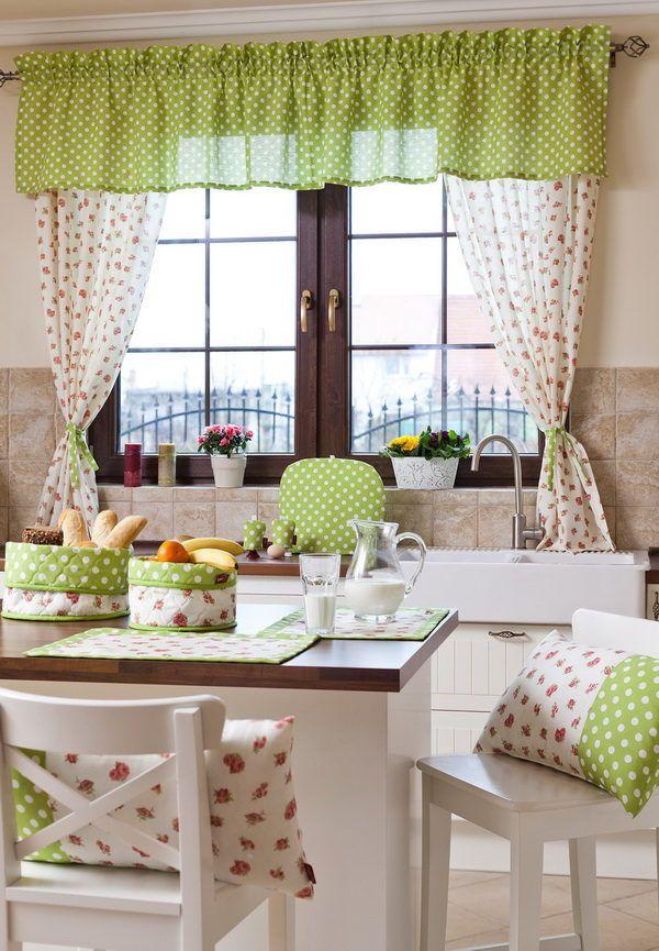 Красивое сочетание штор с цветочным орнаментом и декоративных элементов на кухне