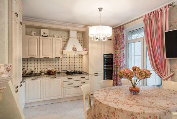 Красиво повешенная одна штора создаст эффект деревенской небрежности и зрительно увеличится пространство кухни