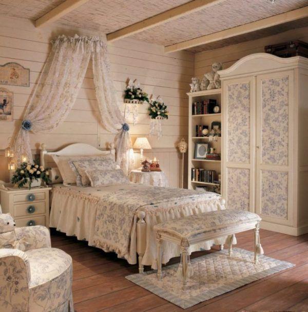Кровать занимает свое место в центре спальни. Вместе с тем присутствует незримое деление на зоны