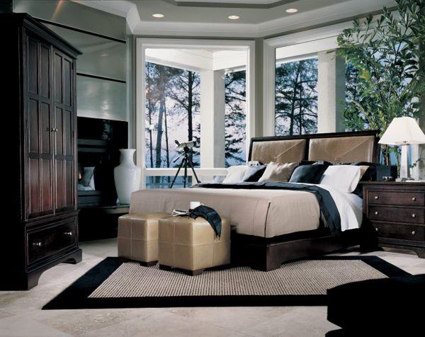 Кровать, несколько тумбочек, косметический столик и кресло – основные элементы спальни