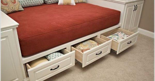 Кровать со встроенным выдвижными ящиками