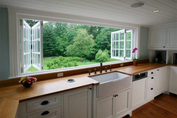 Кухня в американском загородном доме с большим окном