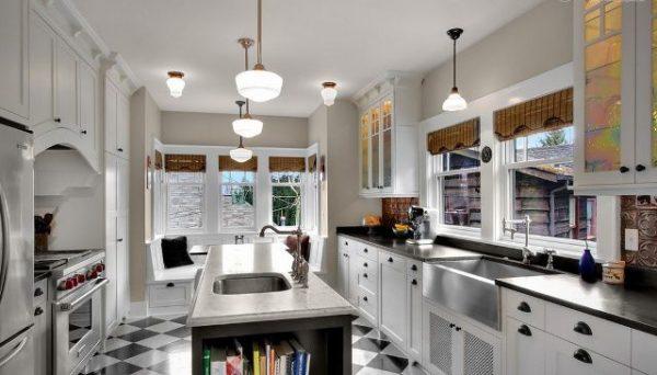 Кухня в американском стиле с плиточным покрытием пола