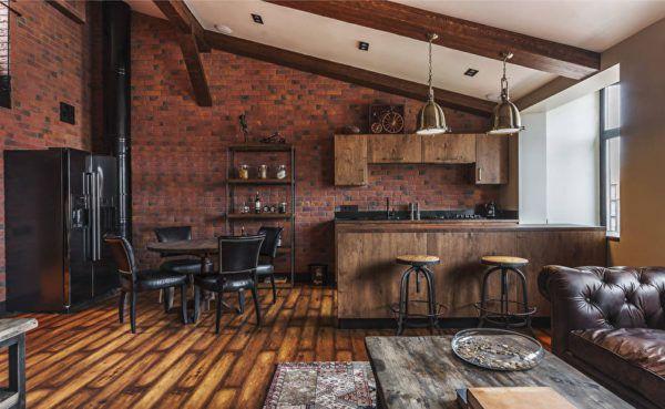 Кухня в стиле лофт с деревянной мебелью и полом