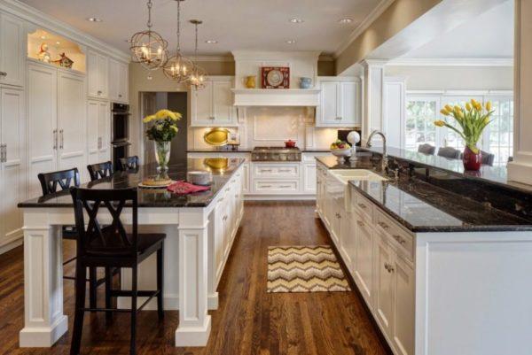 Кухня с паркетным полом и с декоративными вазами с живыми цветами