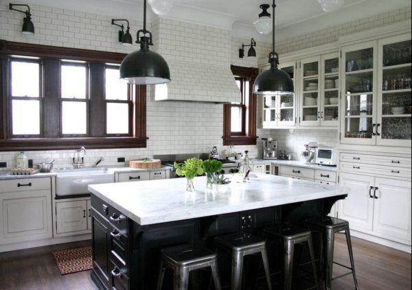 Кухня с рабочей зоной вдоль стены с зонированным освещением