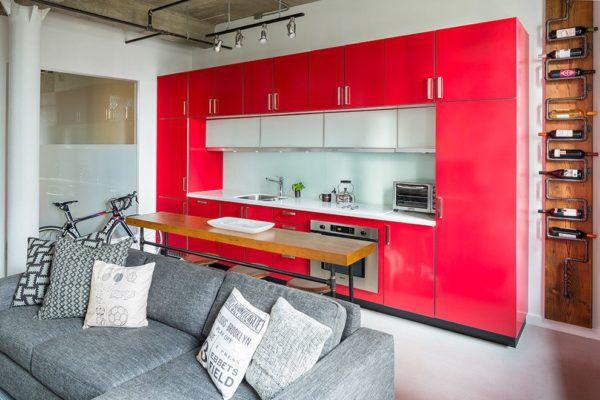Линейное расположение кухонного гарнитура в красном цвете