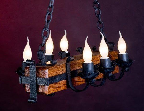 Люстра в виде плахи из дерева с лампочками-свечами
