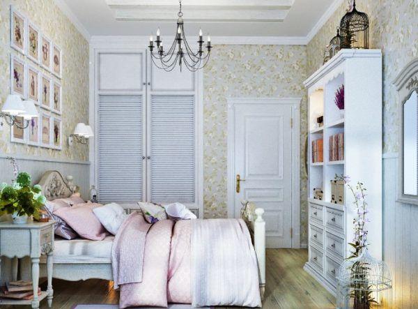 Люстра с лампочками в виде свечей в спальне