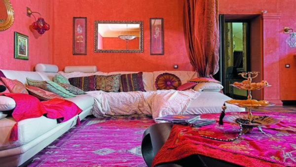 Марокканское направление с арками, витиеватыми узорами, мозаикой, металлическими светильниками и обилием подушек и яркой палитры