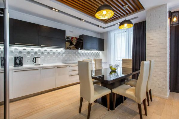 Металлические светильники гармонично вписываются в общий интерьер кухни