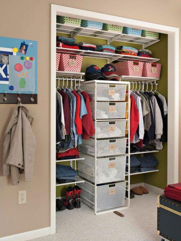 Можно организовать такую зону в нише или около одной из стен в прихожей, спальне и даже гостиной
