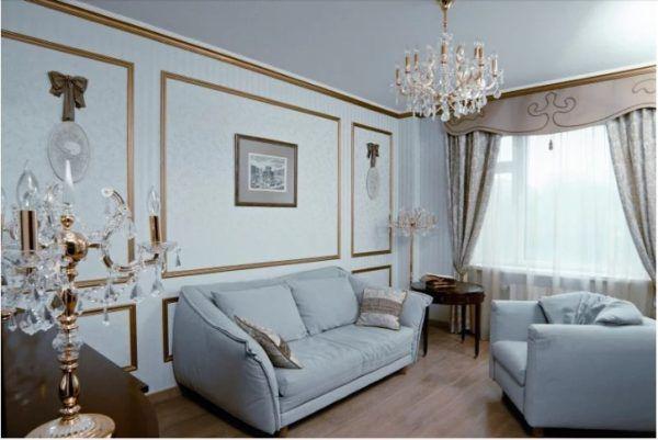 Молдинги в дизайне гостиной выделяют аксессуары и предметы интерьера (картины, часы, фотографии)