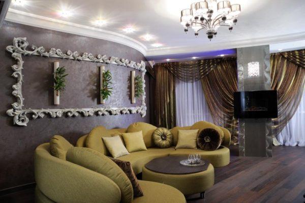 Мягкий диван округлой формы в интерьере комнаты Арт-деко