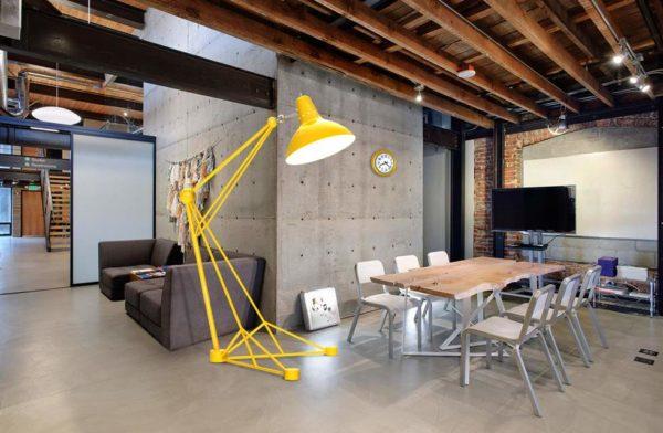 Напольный желтый светильник яркий акцент декора в интерьере стиля Лофт
