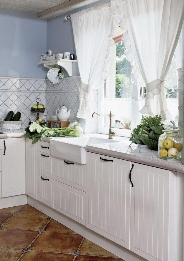Нежные белые занавески на кухне