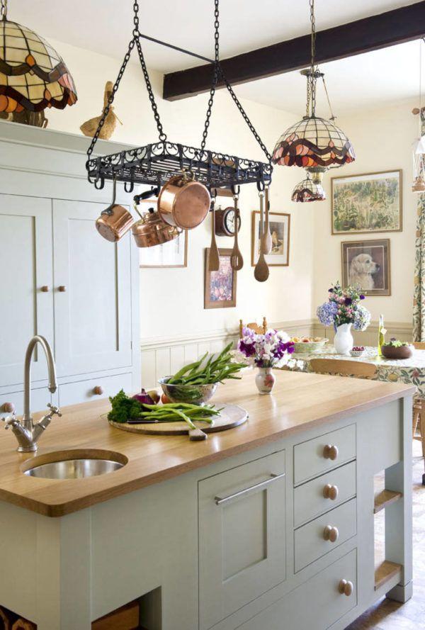 Оригинальное использованием подвесных элементов в интерьере кухни
