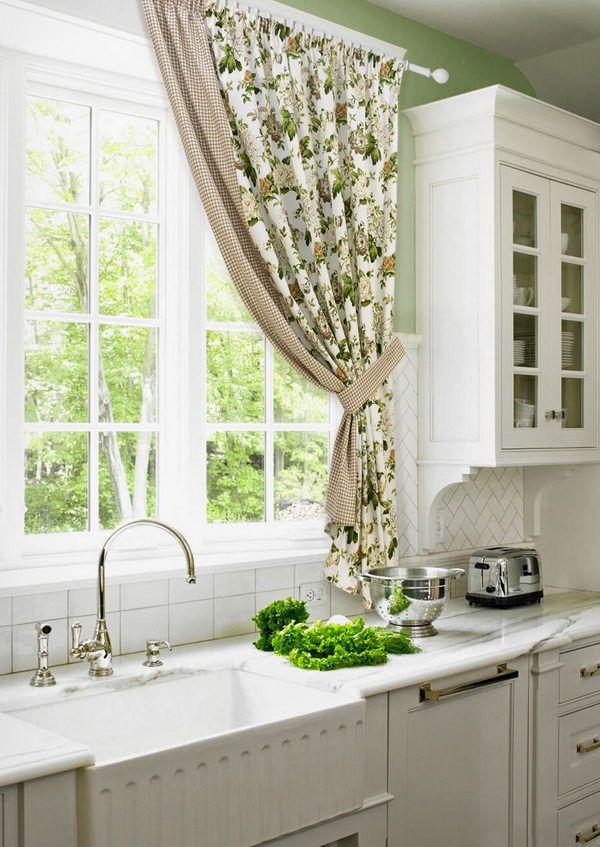 Орнамент зеленого цвета на шторах отлично освежает интерьер кухни