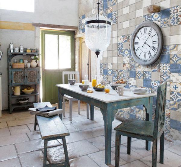 Панно в кухне в виде орнаментной плитки