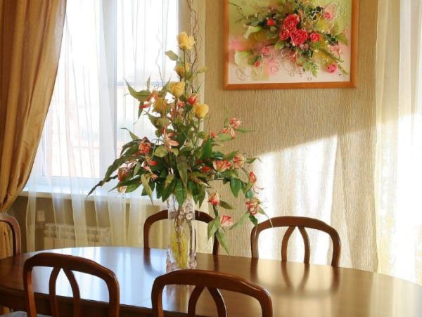 Панно и искусственные цветы в вазе отличный элемент декора