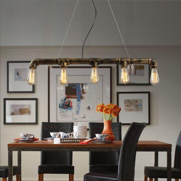 Подвесной потолочный светильник из трубы с длинными проводами используется для освещения обеденной зоны