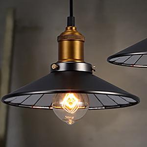 Подвесной светильник, обрамленный жестяной тарелкой