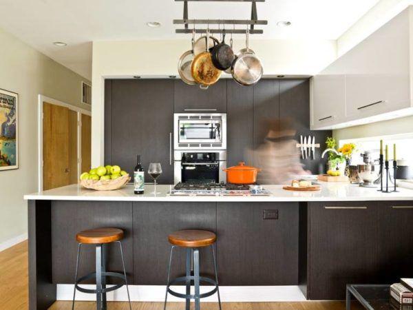 Подвесные элементы для посуды в интерьере кухни