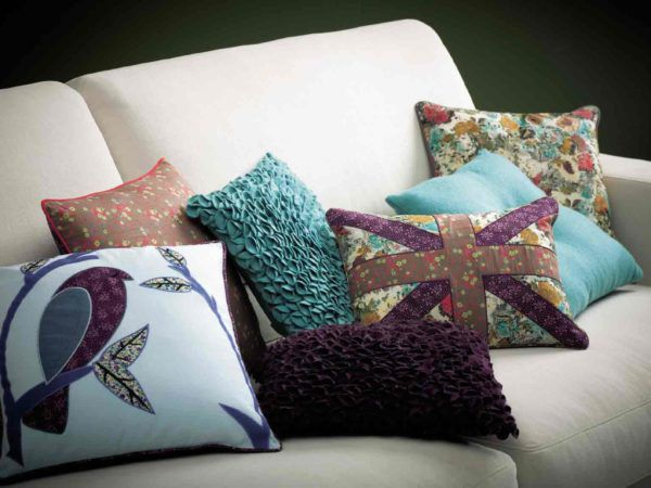 Подушки как дополнительный элемент декора на диване