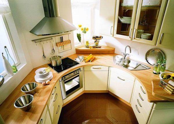 Полукруглая кухня с аналогичным кухонным гарнитуром