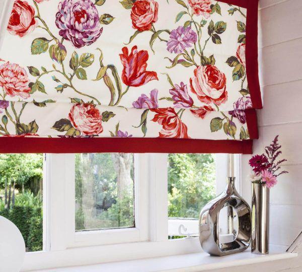 Применение занавесок с ярким цветочным узором станет акцентным элементом для кухни