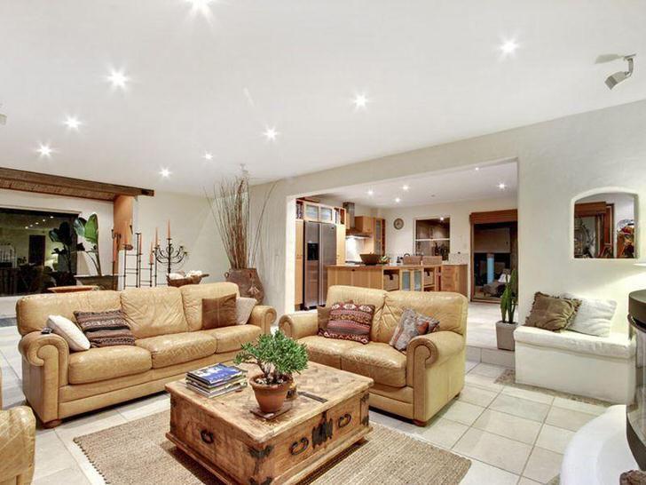 Применение керамической плитки на полу в гостиной