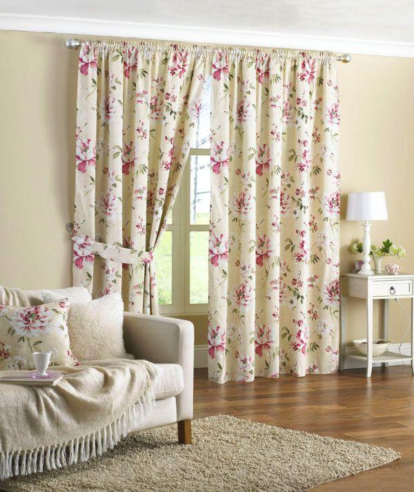 При использовании ярких занавесок с цветочным акцентом в комнате стоит выбрать однотонную мебель и обои