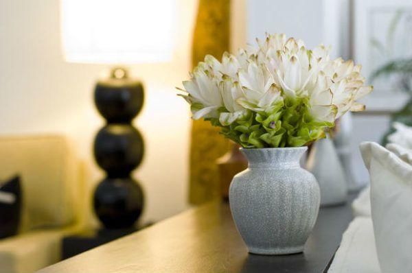 При создании композиции из искусственных цветов нужно учитывать и общий интерьер комнаты